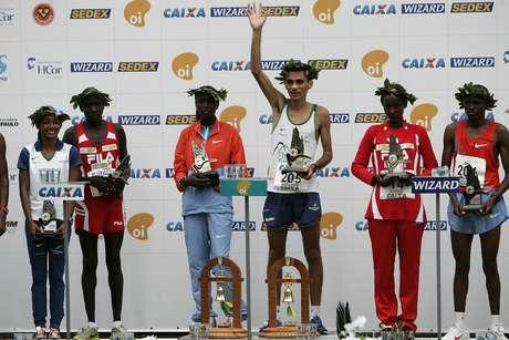 Marílson Gomes da Silva, o último brasileiro vencedor da São Silvestre, no alto do pódio em 2010