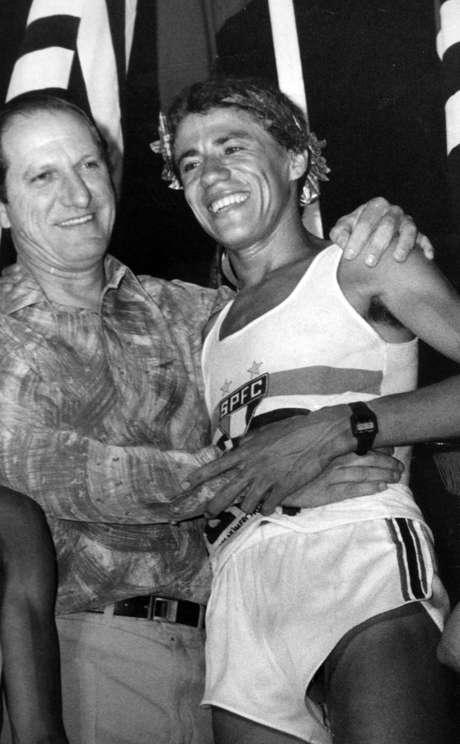 José João da Silva abriu as portas para os brasileiros na São Silvestre. Em 1980, comemorava a conquista ao lado de José Douglas Dallora, vice-presidente do São Paulo