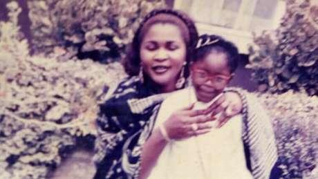 Gina Atinuke só voltou a ver a mãe biológica de novo aos seis anos