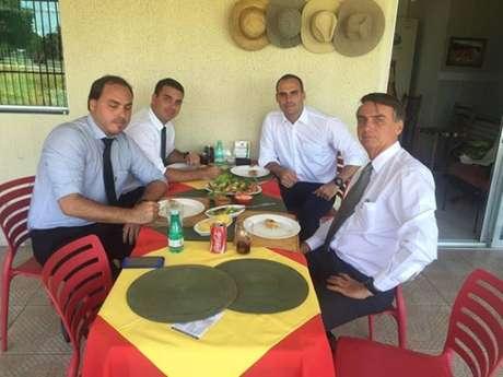 Presidente Jair Bolsonaro, à direita, em almoço com os filhos