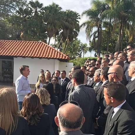O presidente eleito Jair Bolsonaro conversando com um grupo de seguranças na Granja do Torto, residência oficial da Presidência em Brasília