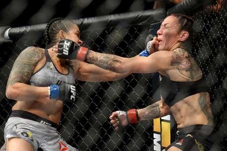 Amanda Nunes em ação contra Cris Cyborg