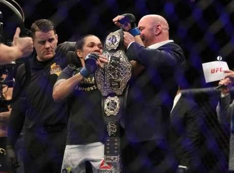Amanda Nunes se tornou campeã peso-galo e peso-pena do UFC, fazendo história na organização (Foto Getty Images)
