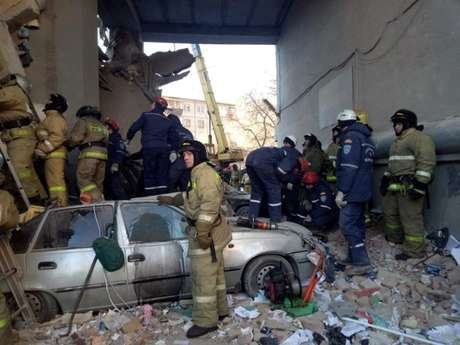 Equipes de resgate buscam sobreviventes após explosão de prédio em Magnitogorsk, na Rússia