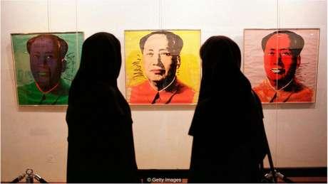 Visitantes observam retrato de Mao Tse-tung, de Andy Warhol, no TMoCA