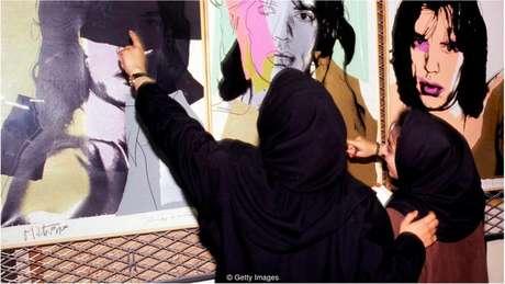 Duas funcionárias do Museu de Arte Contemporânea de Teerã (TMoCA) examinam retratos de Mick Jagger, de Andy Warhol, nos cofres do museu em 1993