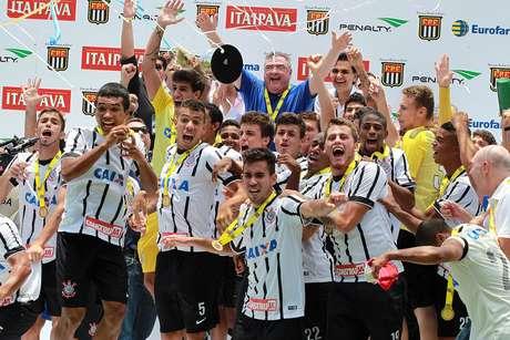 Corinthians, o maior campeão da Copinha, comemora título de 2015