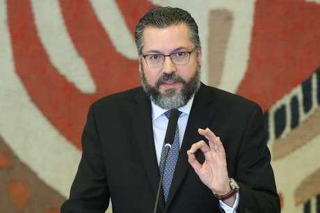 O novo ministro das Relações Exteriores, Ernesto Araújo, discursa após receber o cargo de Aloysio Nunes
