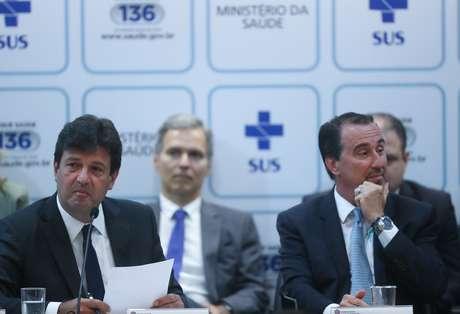 O novo ministro da Saúde, Luiz Henrique Mandetta, recebe o cargo do ex-ministro Gilberto Occhi