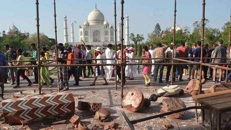 Algumas estruturas externas do Taj Mahal, do lado oposto do jardim, foram destruídas por ventos fortes