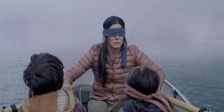 Em 'Bird Box', Sandra Bullock interpreta Malorie, mulher que tenta guiar duas crianças para um local seguro.