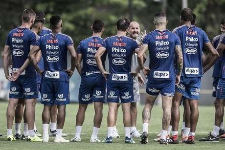 O elenco de 34 jogadores foi dividido em três grupos para realizar exames médicos e treinos (Foto: Ivan Storti/Santos)
