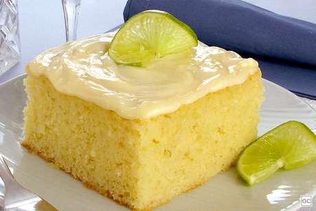 Bolo de limão e iogurte com leite condensado