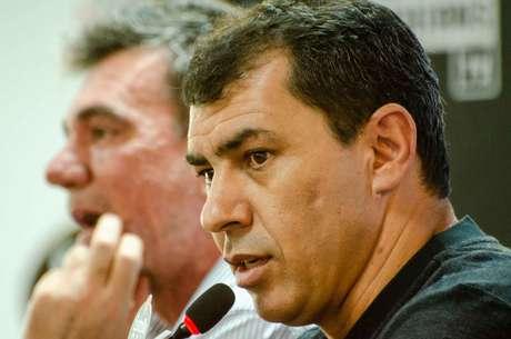 O técnico Fábio Carille (D) ao lado do presidente Andrés Sanchez durante coletiva para apresentação da comissão técnica do Corinthians, no CT Joaquim Grava, zona leste de São0 Paulo, nesta quinta-feira (3).