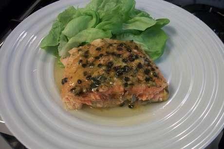 Salmão ao molho de maracujá com salada