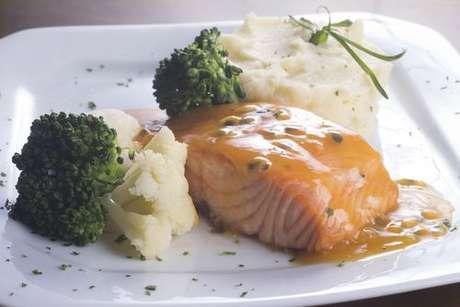 Aprenda a fazer salmão ao molho de maracujá