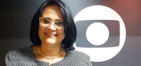 A ministra Damares Alves postou nas redes sociais foto tirada ao lado da logomarca da Globo