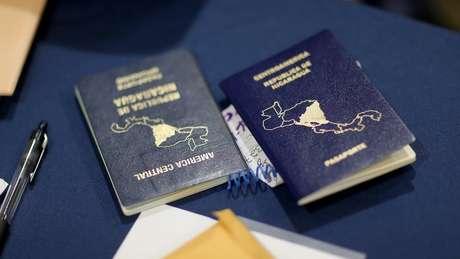 Dois passaportes da Nicarágua sobre mesa