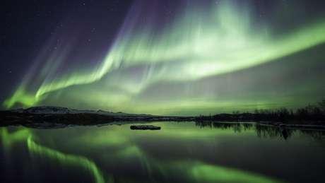 Aurora boreal sobre parque nacional do lago Thingvellir