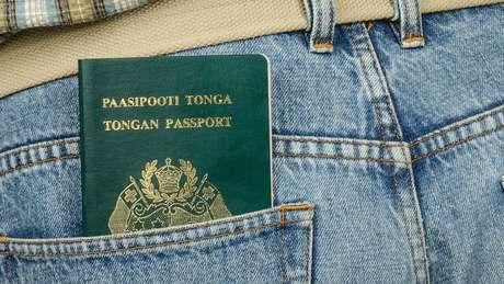Passaporte de Tonga no bolso de uma calça jeans