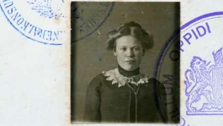 Foto em preto e branco de mulher em passaporte