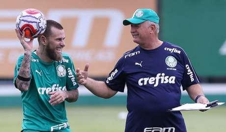Lucas Lima e Felipão conversam em treino na Academia de Futebol