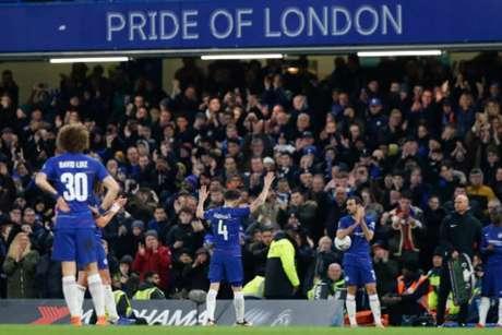 Fàbregas deixa o campo contra o Forest e dá sinais de sua despedida do Chelsea (Foto: Adrian Dennis / AFP)