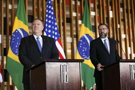 O novo chanceler brasileiro, Ernesto Araújo, e o secretário de Estado dos Estados Unidos, Mike Pompeo, durante entrevista coletiva no Palácio do Itamaraty