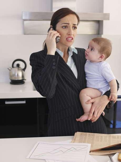 Pesquisa com base em dados do IBGE mostra que mulheres brasileiras ganham menos à medida que têm filhos