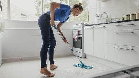 Brasileiras dedicam em média oito horas semanais a mais que os homens a trabalhos domésticos e não remunerados