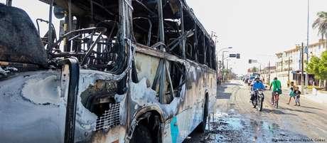 Ônibus incendiado em Fortaleza: há suspeita de que ordem para ataques saiu dos presídios