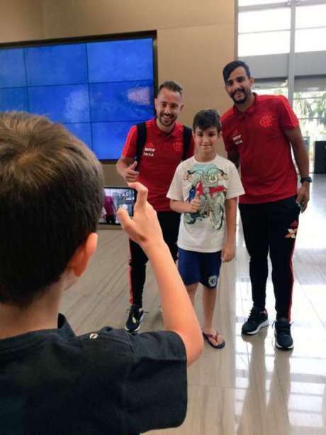 Everton Ribeiro e Dourado tiram foto com fã (Foto: Twitter/Flamengo