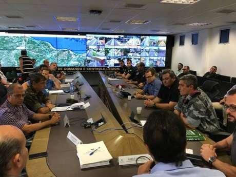 Reunião de gabinete de crise: de costas, governador Camilo Santana; à direita, o secretário de Segurança Pública, André Costa; ao lado do secretário, o coronel Aginaldo, comandante da Força Nacional