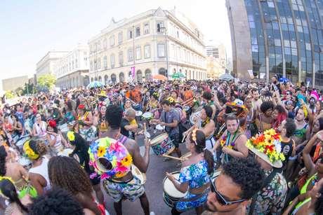 Foliões participam da Abertura Não Oficial do Carnaval do Rio, na região da Praça XV no Rio de Janeiro (RJ), neste domingo (06)