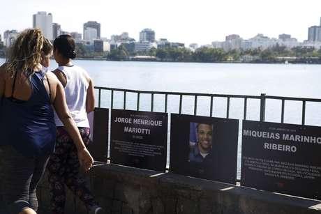 Fotos dos PMs Mariotti e Miqueias chamam a atenção de quem passa pela Lagoa