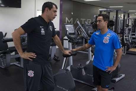 Carille conversa com Jadson, um dos seus homens de confiança no Corinthians (Foto: Daniel Augusto Jr)