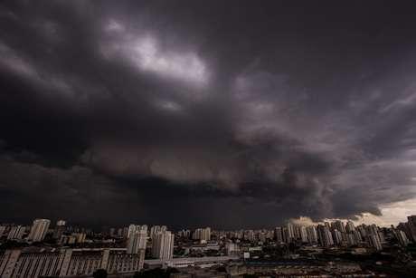 Nuvens carregadas e raios são vistas da Lapa, Zona Oeste de São Paulo