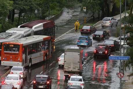 Viaduto Nove de Julho, no centro de São Paulo, após fortes chuvas na tarde desta terça-feira