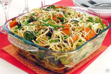 Macarrão com carne e brócolis