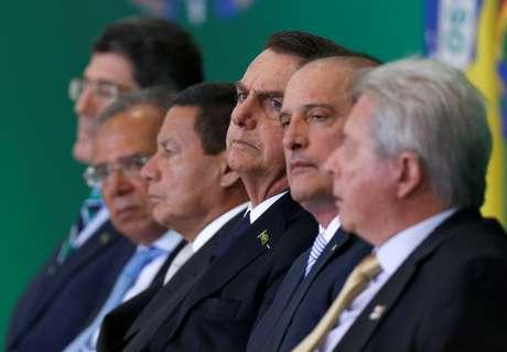 Presidente Jair Bolsonaro, sentado ao lado do vice-presidente Hamilton Mourão e auxiliares 07/01/2019 REUTERS/Adriano Machado
