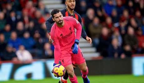Alisson é um destaques da forte defesa do Liverpool (Foto: AFP)