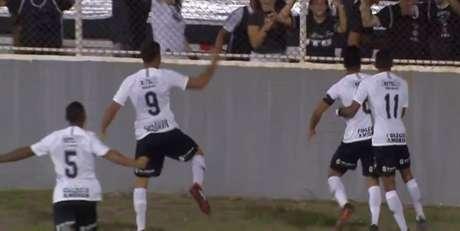 Jogadores comemoram o primeiro gol do Timão, marcado por Roni (Foto: Reprodução/TV)