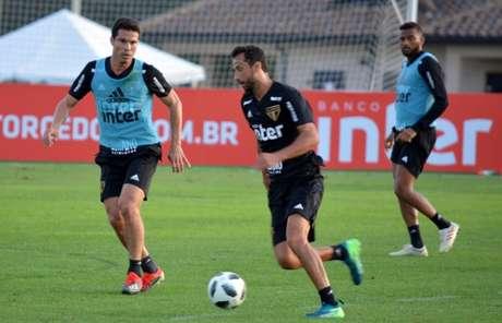 Hernanes, na equipe titular, encara Nenê durante treino em Orlando - FOTO: Rubens Chiri/saopaulofc.net