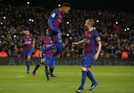 Neymar e Iniesta comemoram gol do Barcelona