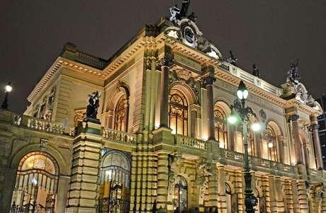Vista geral da fachada do Theatro Municipal de São Paulo.