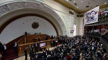 De acordo com a Constituição venezuelana, o presidente deve fazer o juramento de posse perante a Assembleia Nacional