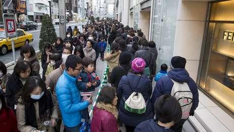 As filas para comprar uma fukubukuro podem dar voltas no quarteirão dependendo da loja