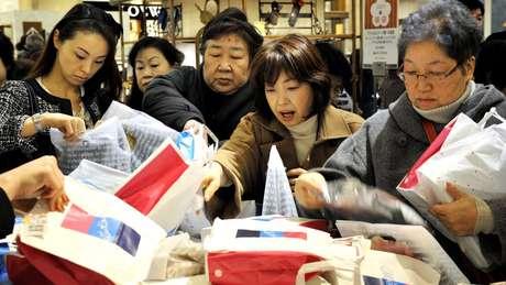 Uma vez dentro da loja, começa outra batalha para garantir uma fukubukuro e tentar encontrar pistas do que tem em cada uma delas antes de comprar
