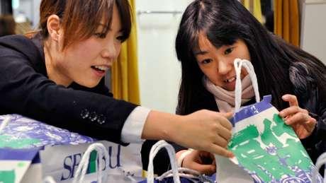 Virou febre no Japão a venda de uma bolsa de pano no Ano Novo e primeiras semanas de janeiro. Para alguns japoneses, é impossível começar o ano sem seguir essa tendência