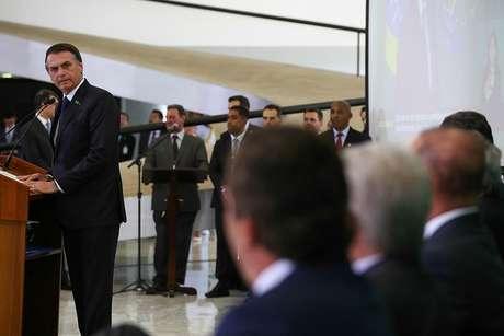 'Tem muito peso em cima das costas do presidente', disse ministro Augusto Heleno, citando desencontros no início da gestão